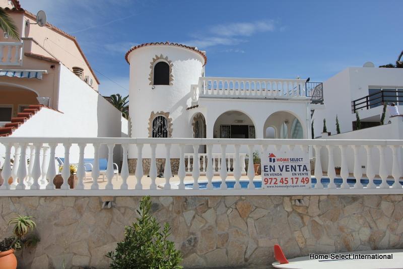 Villa avec amarre et piscine empuriabrava roses for Villa design avec piscine