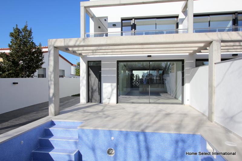 Casas modernas en construcci n empuriabrava for Coste construccion piscina