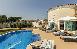 Villa located in a good area of Empuriabrava  with garden and pool