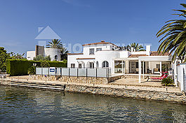 Villa in good condition, on the canal, on a 1000m2 plot
