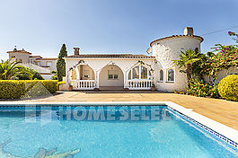 Nice house in a good area of Empuriabrava with pool