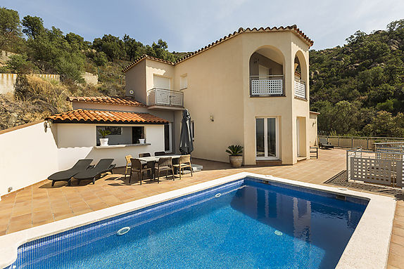House for sale overlooking the Bay of Roses, 4 bedrooms, pool and garage in Palau Saverdera, Costa Brava