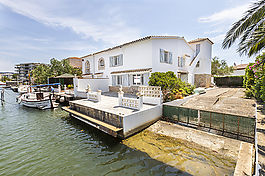 Roses, House for sale with mooring of 13x6m for sailboat or catamara