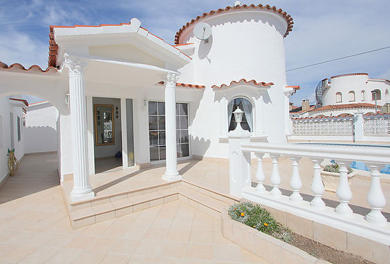 Empuriabrava, house for sale with independent studio and pool