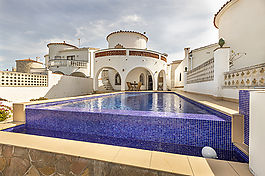 Empuriabrava, house on the canal with 3 bedrooms