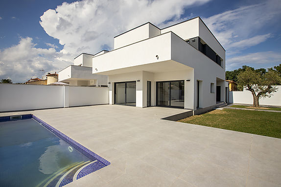 High standing new construction Villa for sale in Empuriabrava