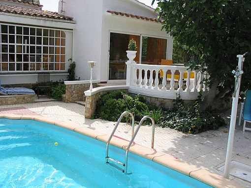 House for sale with pool, in Empuriabrava(Roses) in a quiet residential area, it has garage, 3 bedrooms and 2 bathrooms