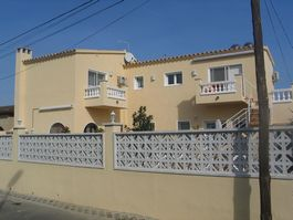 Villa for sale, in Empuriabrava (Roses), with 3 apartments, communal swimmingpool, outside shower, barbeque and parking