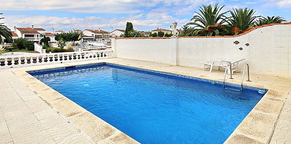Villa wide canal with mooring of 12,5 meters and pool