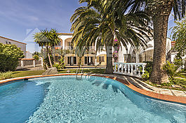 Empuriabrava, house for sale with 6 apartments swimming pool and garden, Costa Brava